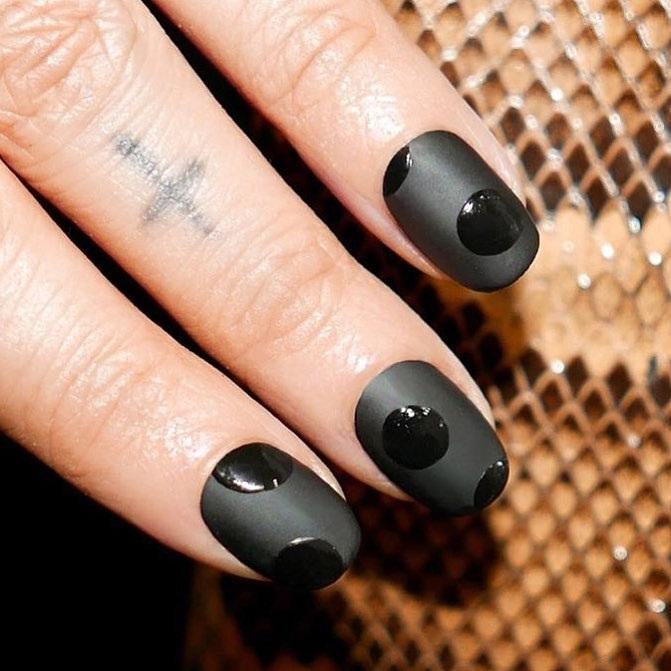 màu sơn móng tay đen chanel