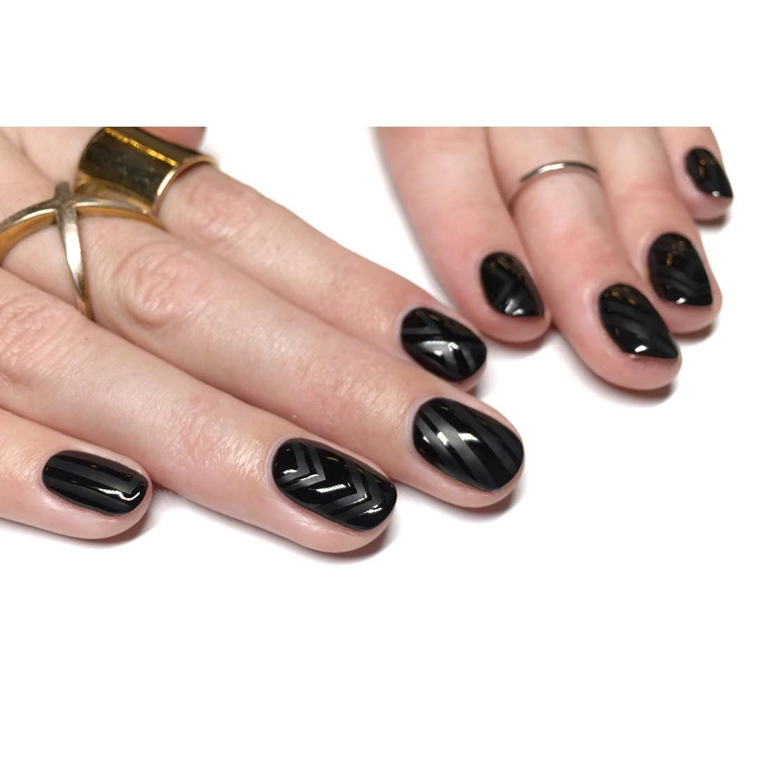 màu sơn móng tay đen thanh lịch 3
