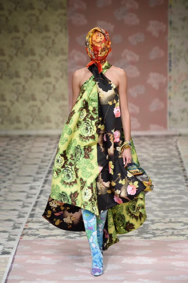 ELLE-Việt-Nam-Nữ-hoàng-Elizabeth-bất-ngờ-xuất-hiện-tại-show-của-NTK-Richard-Quinn-tại-London-Fashion-Week-3