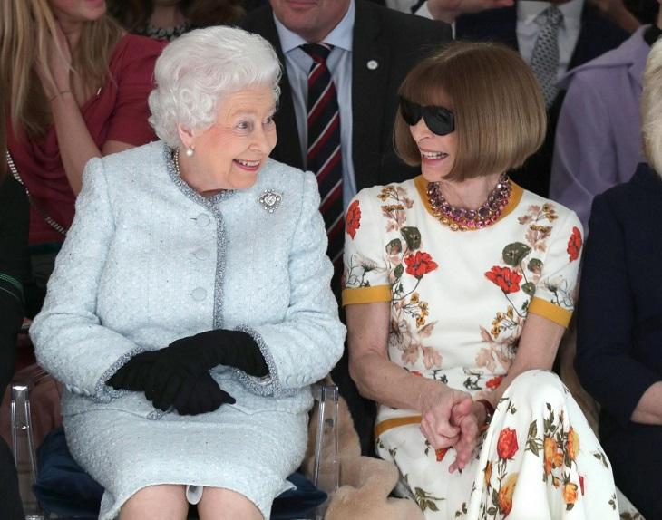 ELLE Việt Nam - Nữ hoàng Elizabeth bất ngờ xuất hiện tại show của NTK Richard Quinn tại London Fashion Week (4)