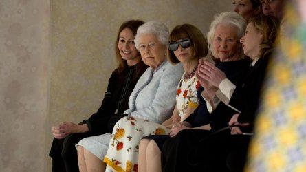 Nữ hoàng Elizabeth bất ngờ xuất hiện trên hàng ghế đầu Tuần lễ thời trang London