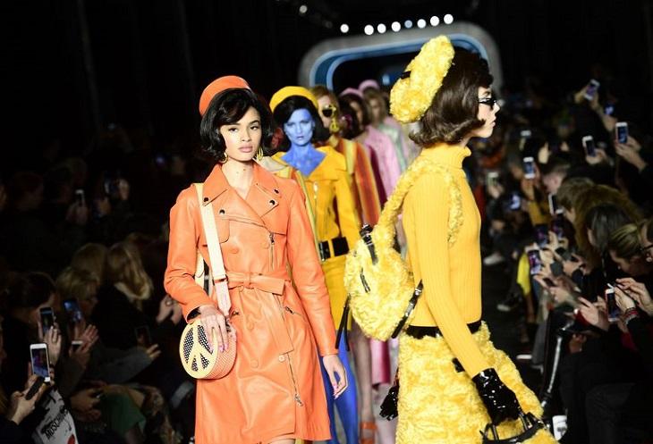 ELLE Việt Nam - Moschino nhân bản Jackie Kennedy tại sân khấu runway Milan Fashion Week 2018 (1)