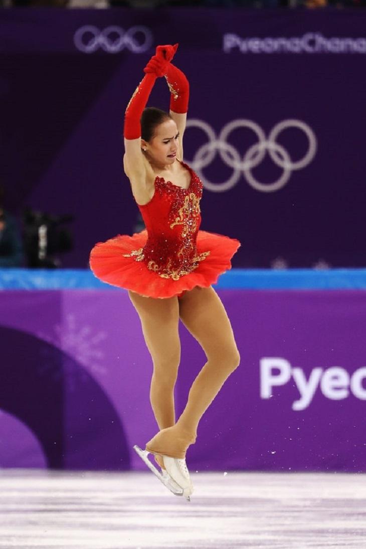 """ELLE Việt Nam - Những bộ cánh trượt băng tại Olympics 2018 chứng tỏ sân băng là """"sàn runway trắng"""" (7)"""