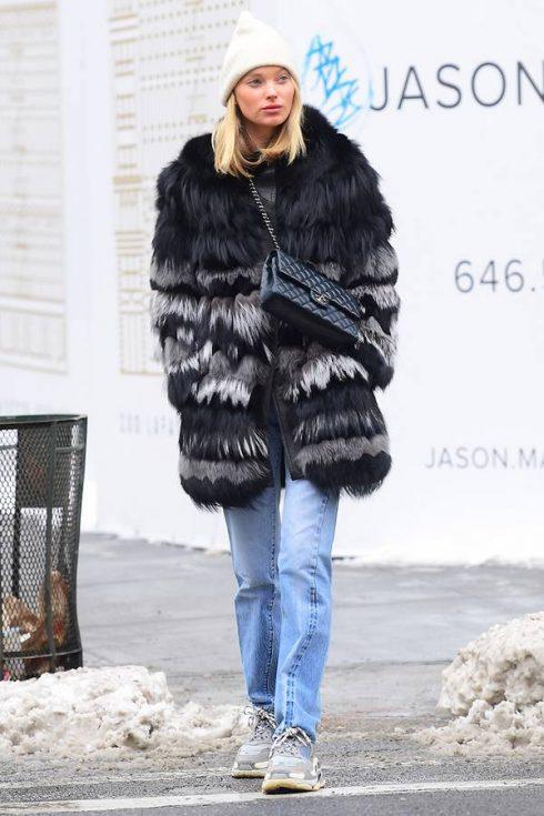 """elle viet nam ugly sneaker trends 2018 12 490x735 - Các ngôi sao thời trang sành điệu """"chao đảo"""" trước kiểu giày ugly sneakers"""