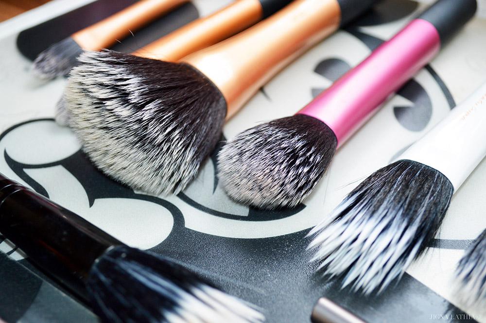 Cách vệ sinh dụng cụ trang điểm giúp bạn tiết kiệm tối đa | ELLE