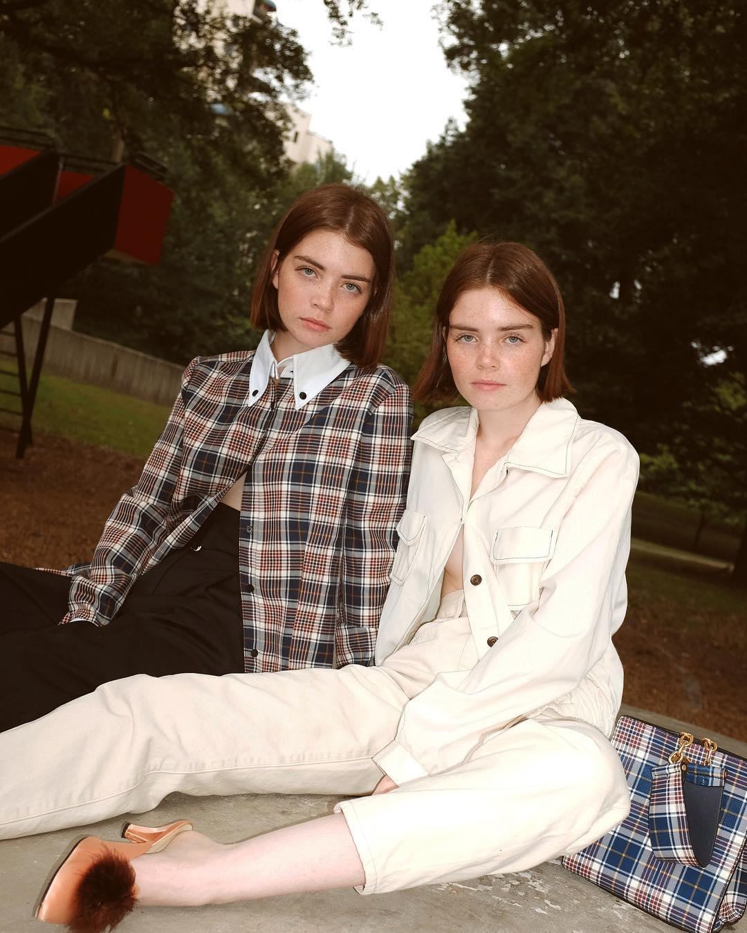 Phong cách thời trang trẻ của chị em sinh đôi 1
