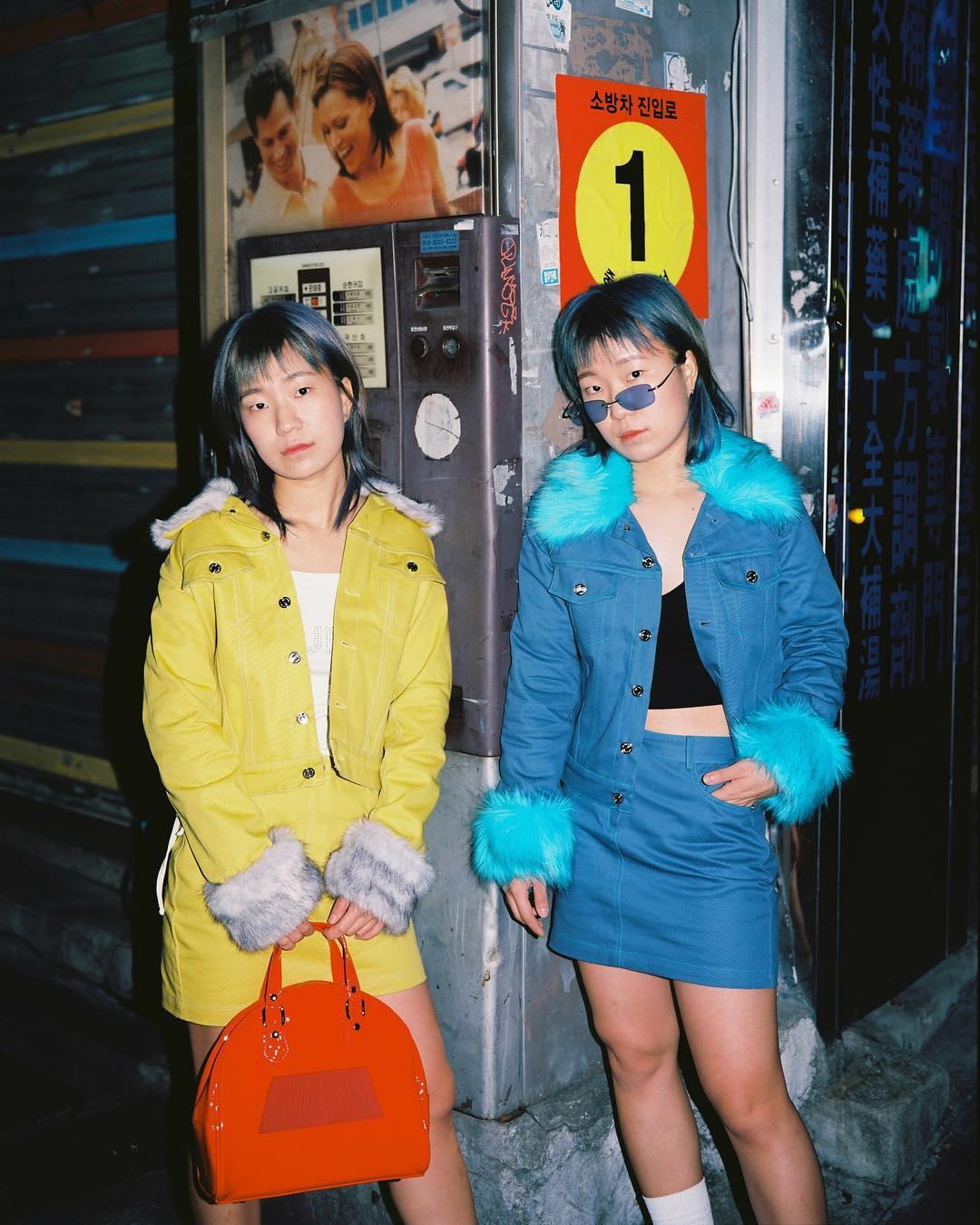 Phong cách thời trang trẻ của chị em sinh đôi 12