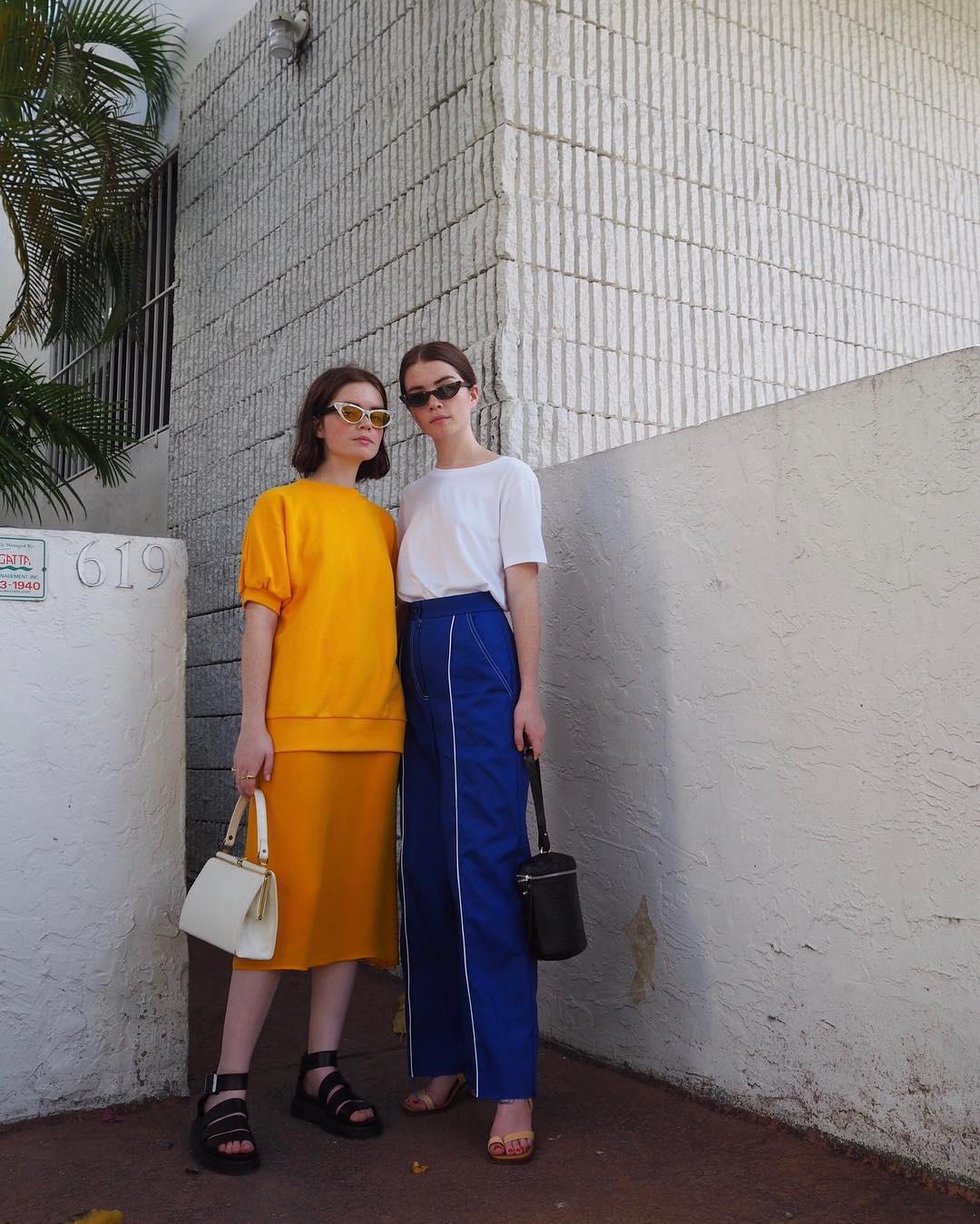 Phong cách thời trang trẻ của chị em sinh đôi 3