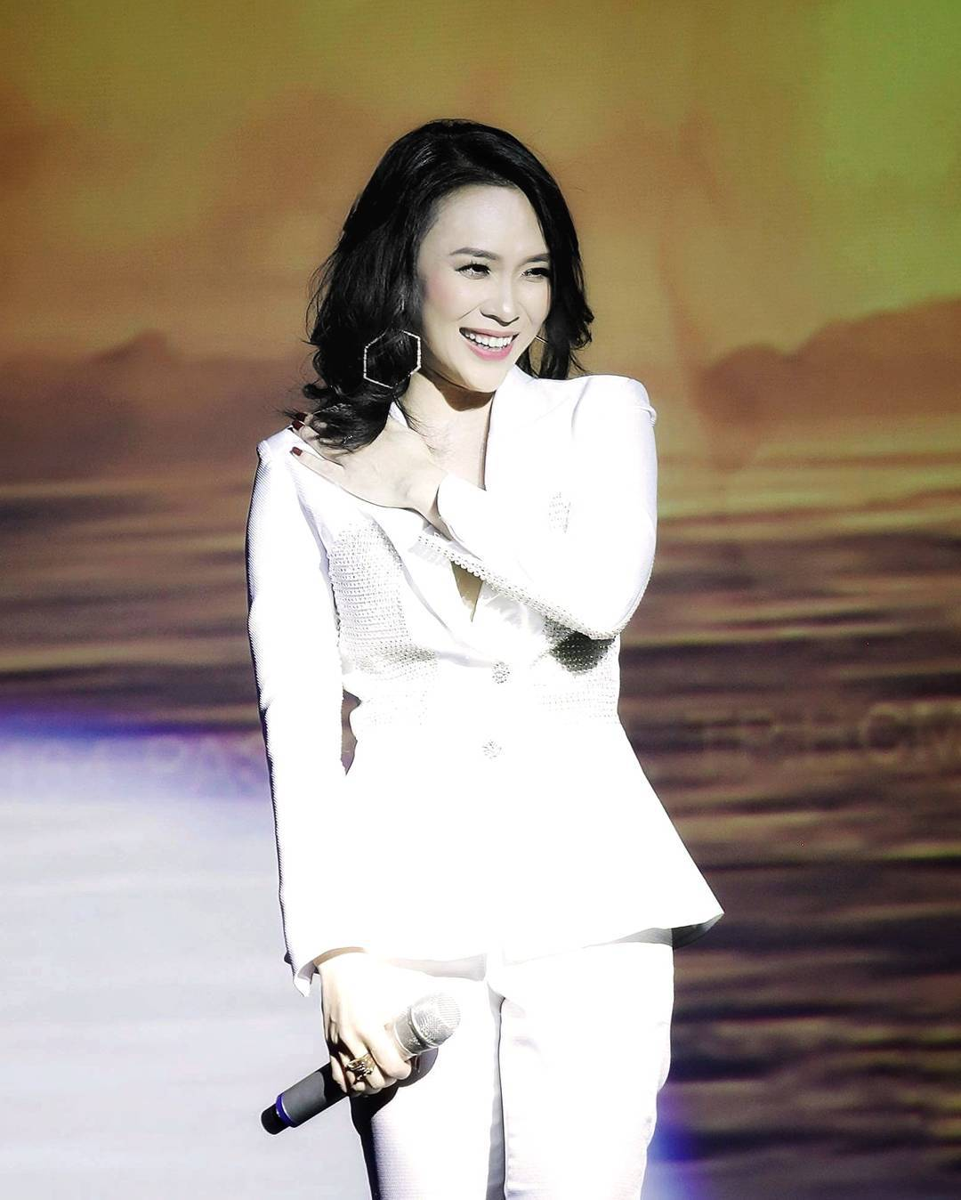 Trang phục suit trắng 4
