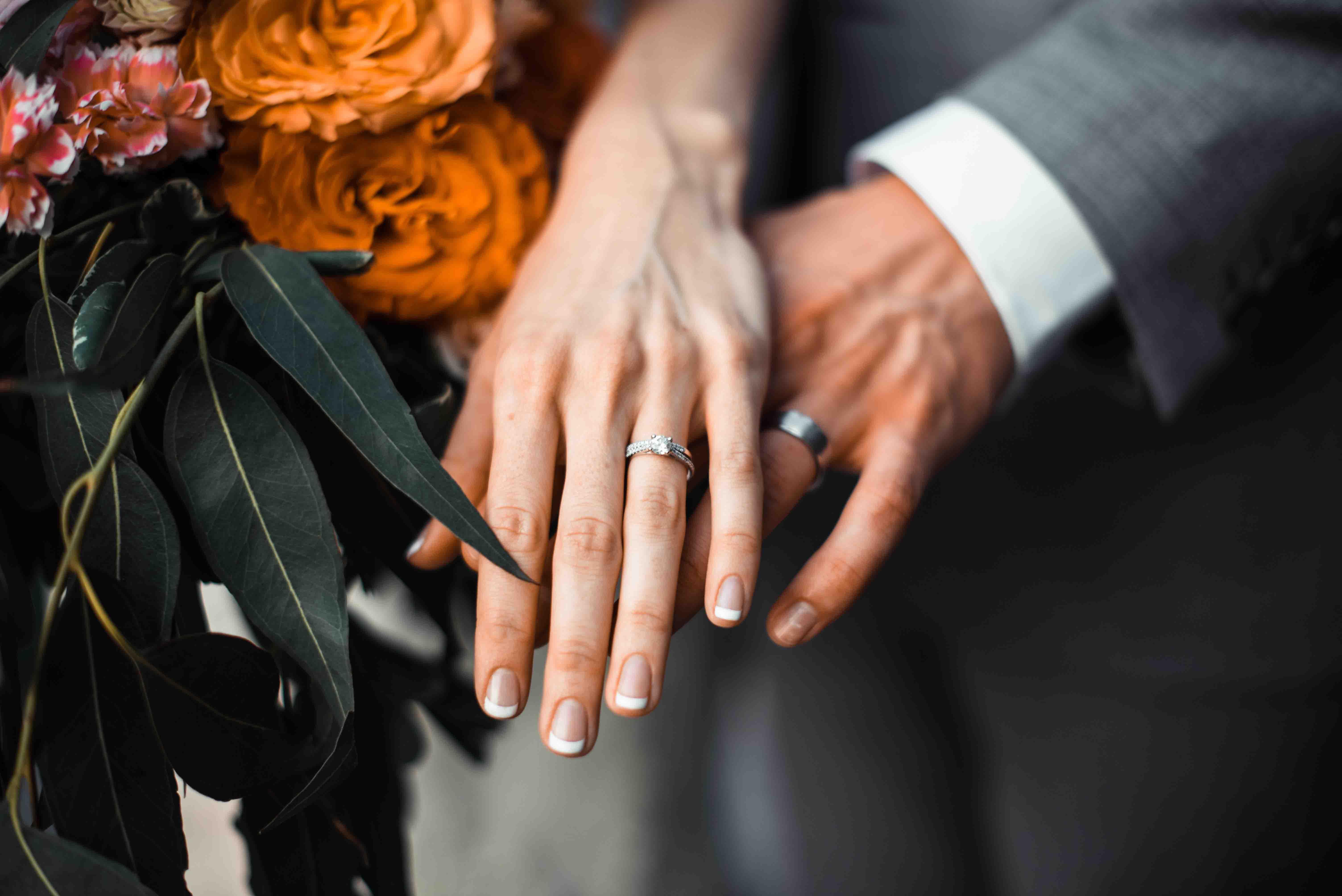bàn tay đeo nhẫn cầu hôn