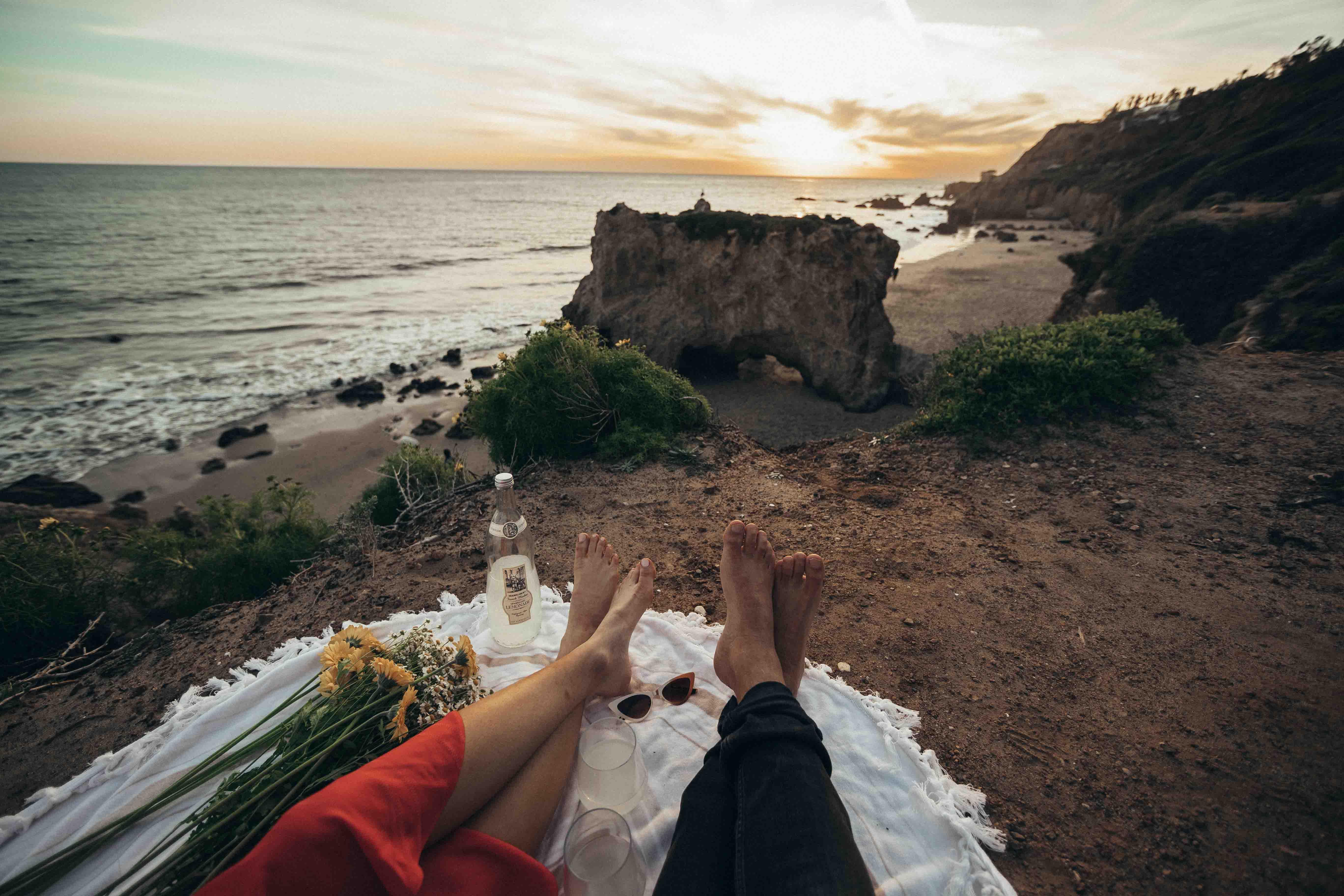 cặp đôi cầu hôn trên bãi biển