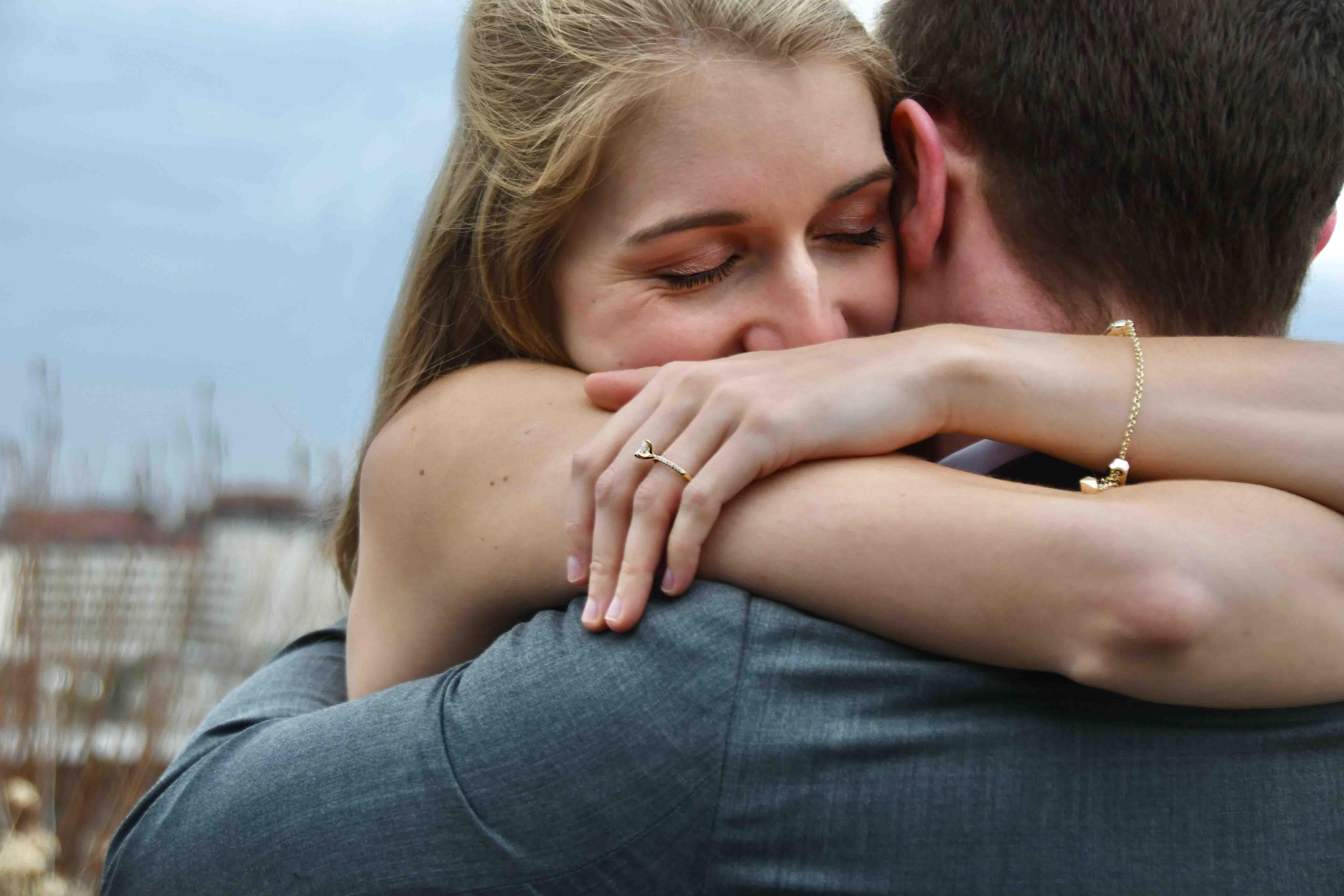 cô gái hạnh phúc khi được cầu hôn
