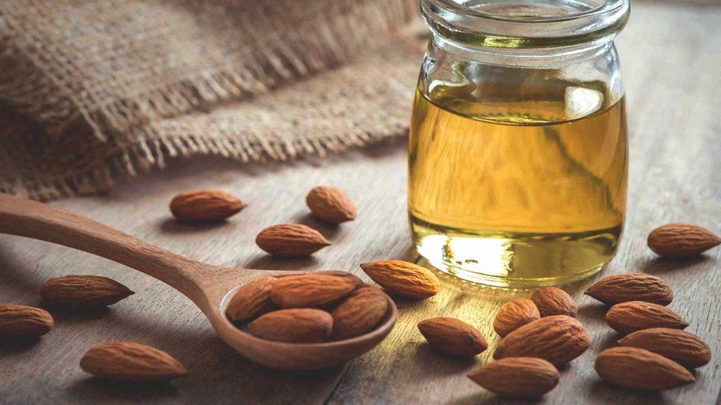 cách trị môi thâm bằng dầu hạnh nhân
