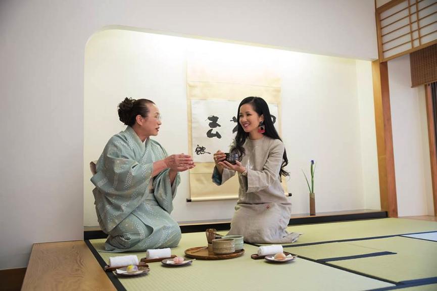 Hồng Nhung khám phá nghệ thuật trà đạo Nhật Bản.
