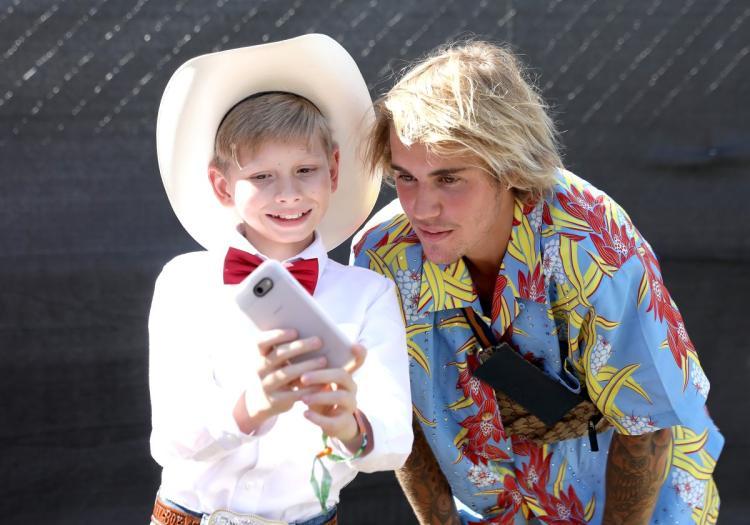 Justin BIeber bảo vệ cô gái ở Coachella 7