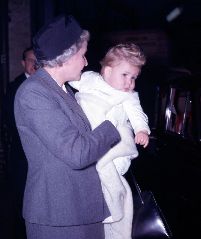 Em bé Hoàng gia Anh 36