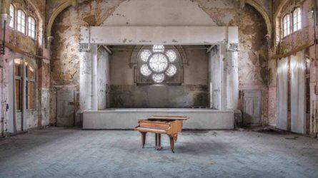 Nhiếp ảnh gia Romain Thiery và bộ ảnh đặc biệt về những chiếc đàn piano cũ bị bỏ hoang