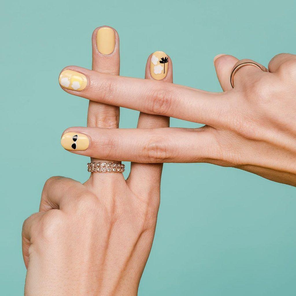 sơn móng tay vàng