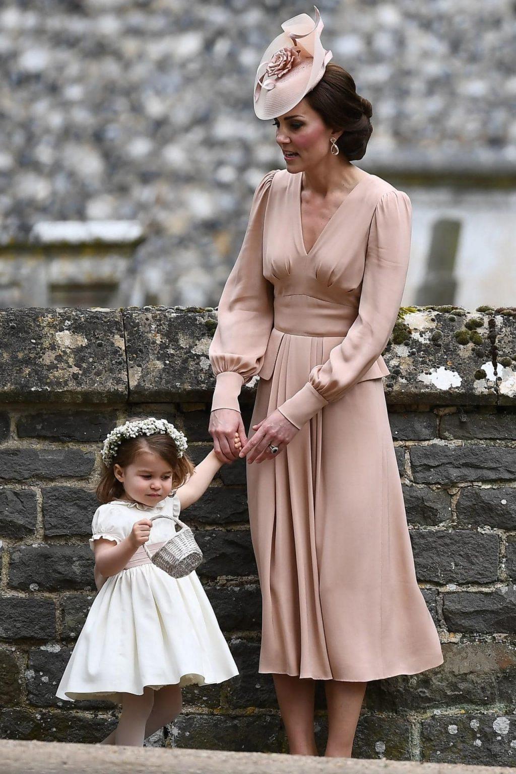 Công nương Kate Middleton sẽ lựa chọn thiết kế từ thương hiệu nào trong ngày cưới của hoàng tử Harry và Meghan Markle?