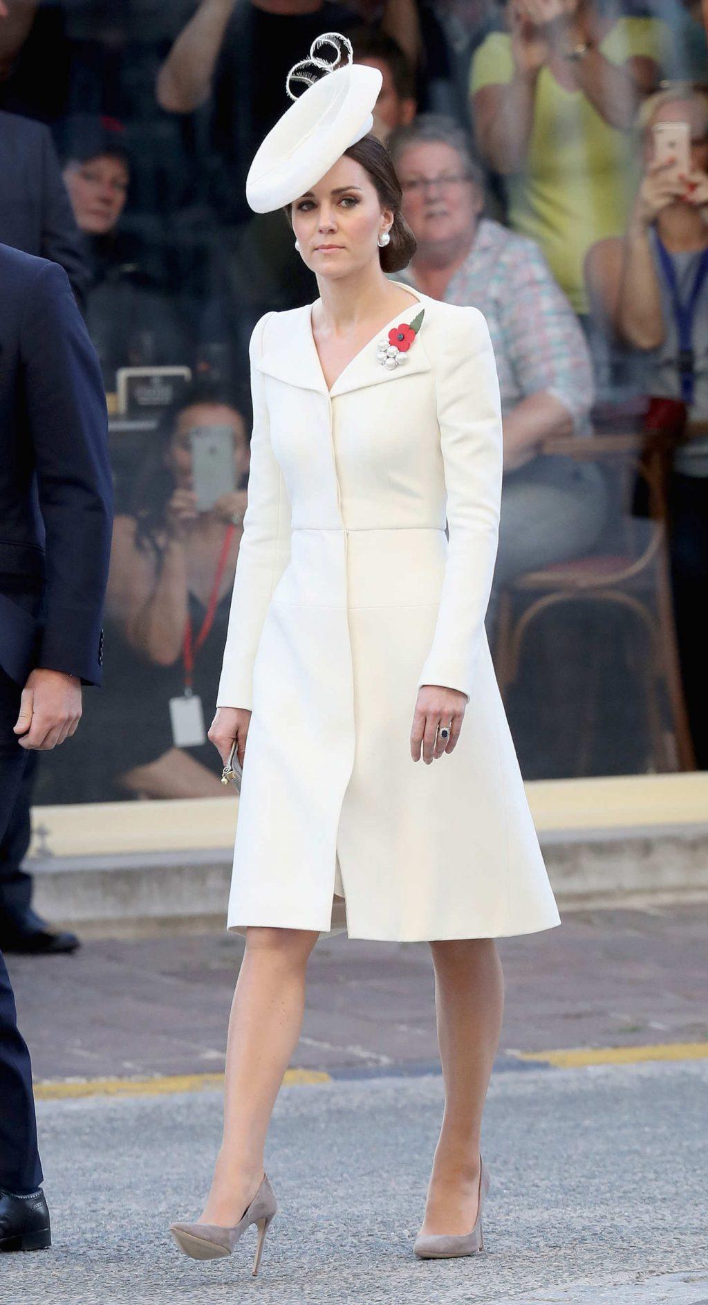 Công nương Kate Middleton sẽ lựa chọn thiết kế từ thương hiệu nào trong ngày cưới của hoàng tử Harry và Meghan Markle? 1