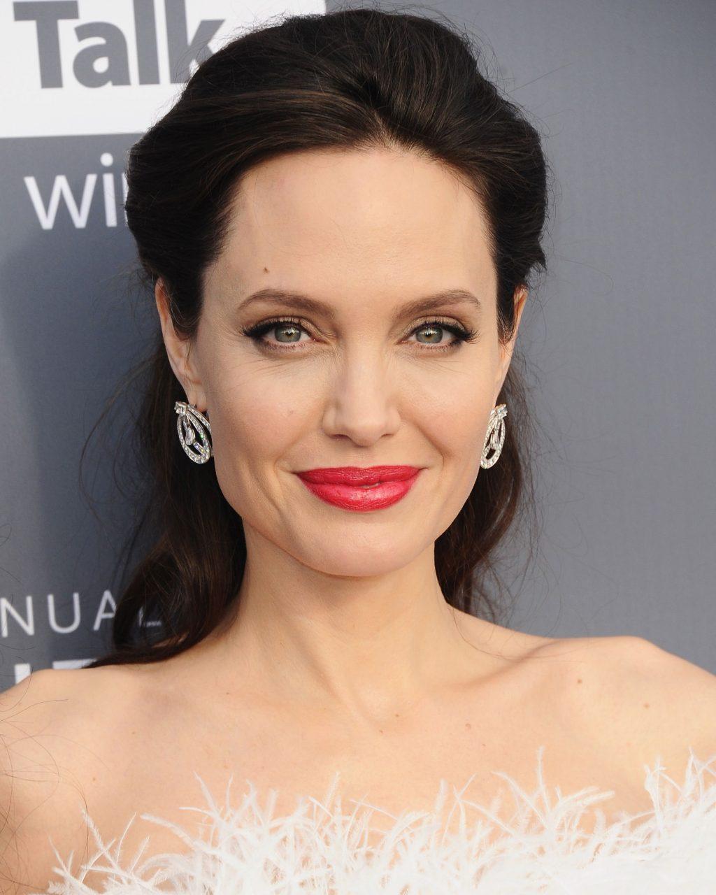 kiểu tóc dự tiệc thanh lịch Angelina Jolie