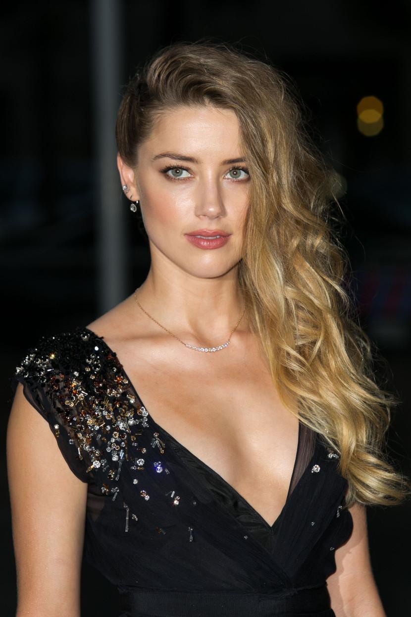 tóc xoăn tự nhiên Amber Heard