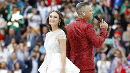Phong cách trang điểm đặc trưng của ca sĩ biểu diễn tại World Cup