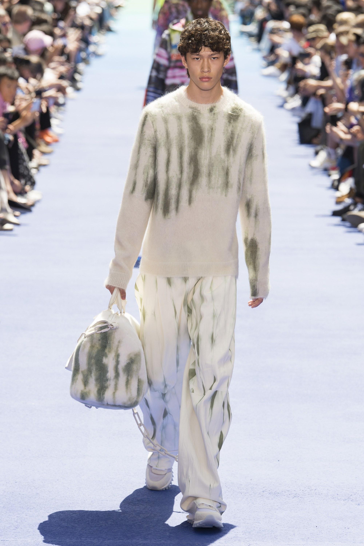 92c9fc3f80e08 Gam màu nâu sữa nối tiếp màu trắng trong thiết kế áo trenchcoat dài. (Ảnh   Getty Images)