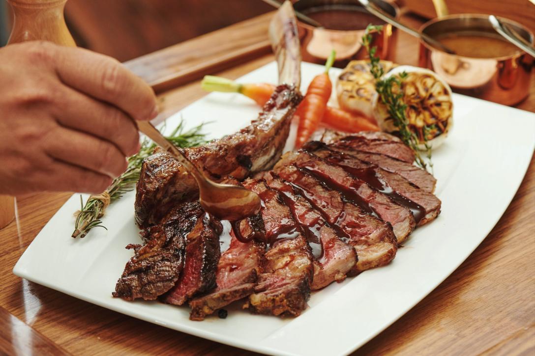 Món steak bò Úc Tomahawk trứ danh chiều lòng khẩu vị của bạn.