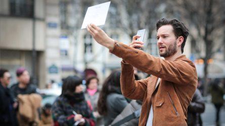 Thiệp mời bằng giấy tại tuần lễ thời trang là lãng phí và ảnh hưởng đến môi trường?