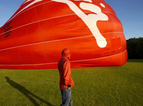 Thiết kế áo khoác từ vải khinh khí cầu tái chế của Christopher Raeburn. (Ảnh: Materialien/Worn Again)