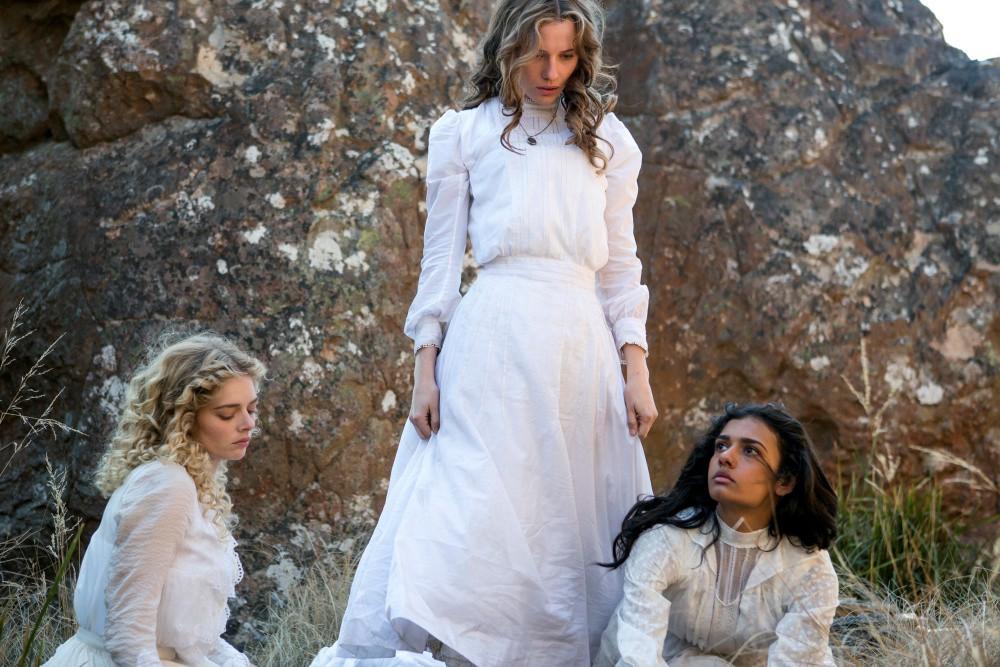 phong cách thời trang đầm trắng cổ điển 2