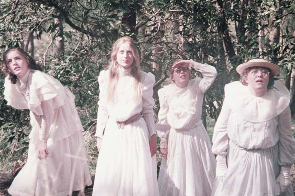phong cách thời trang đầm trắng cổ điển 4