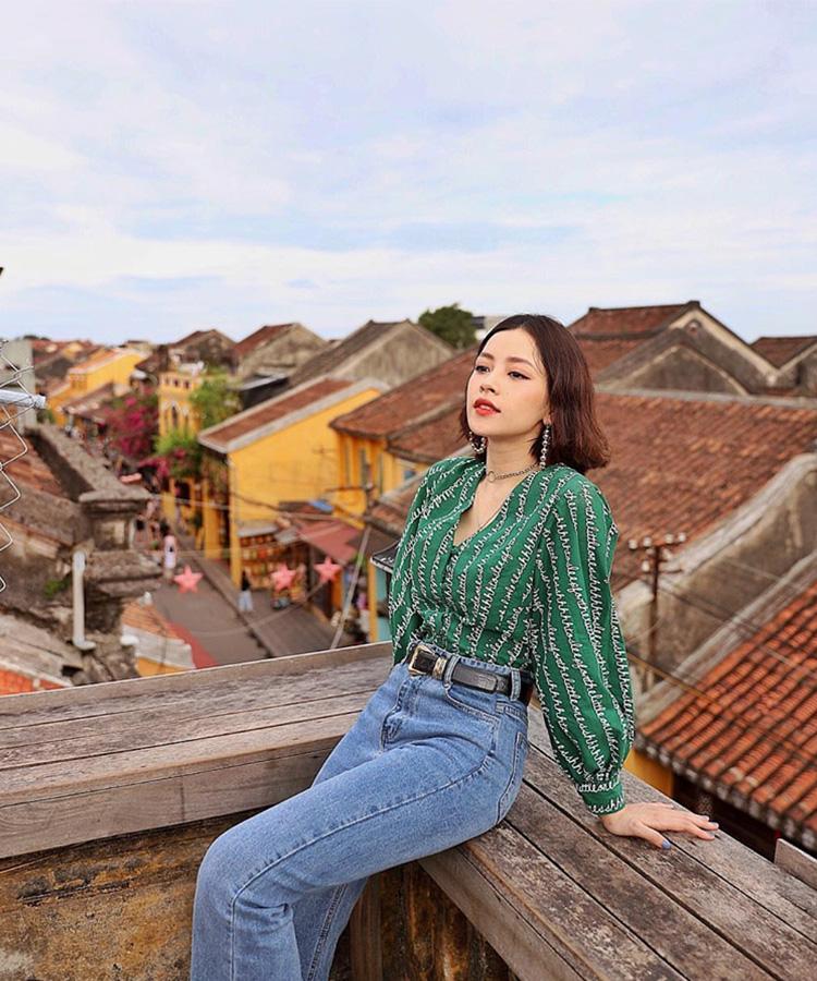 Nữ ca sĩ Chi Pu chọn mặc áo tay phồng trong chuyến du lịch Hội An