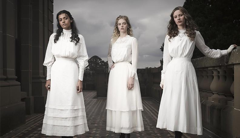 phong cách thời trang đầm trắng cổ điển 33