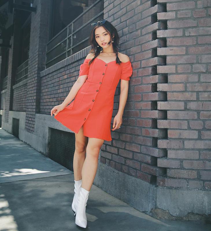 Jenn Im nổi bật trong đầm cài khuy màu san hô