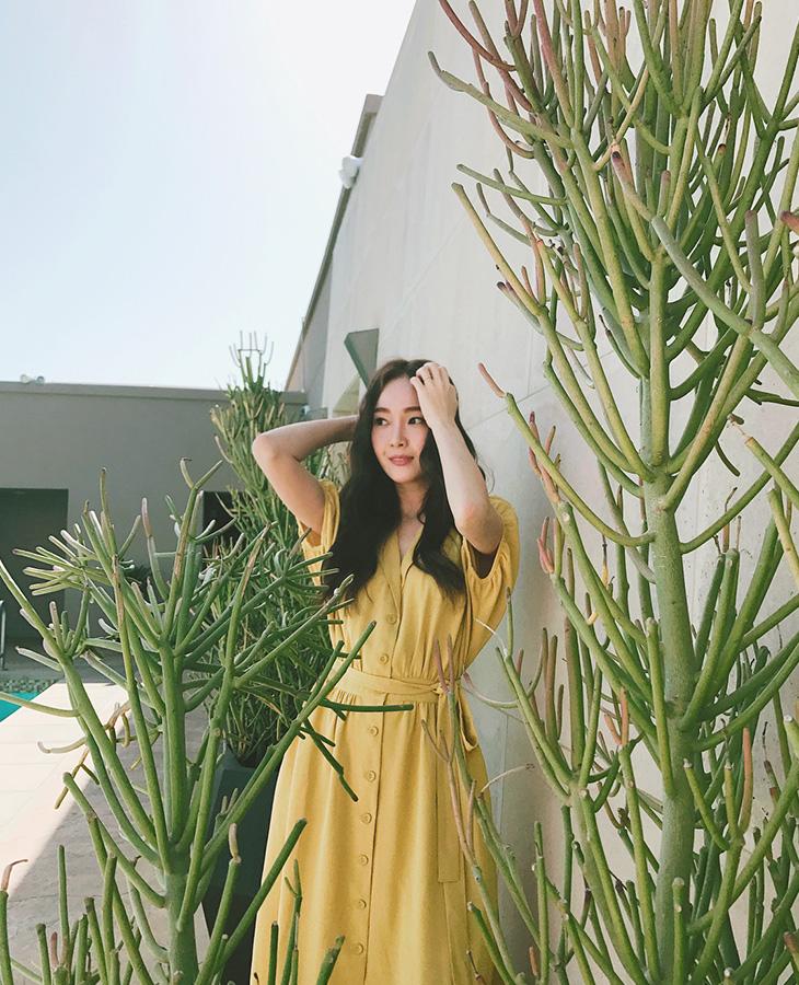 Nữ ca sĩ Jessica nữ tính trong chiếc đầm cài khuy sắc vàng chanh nổi bật