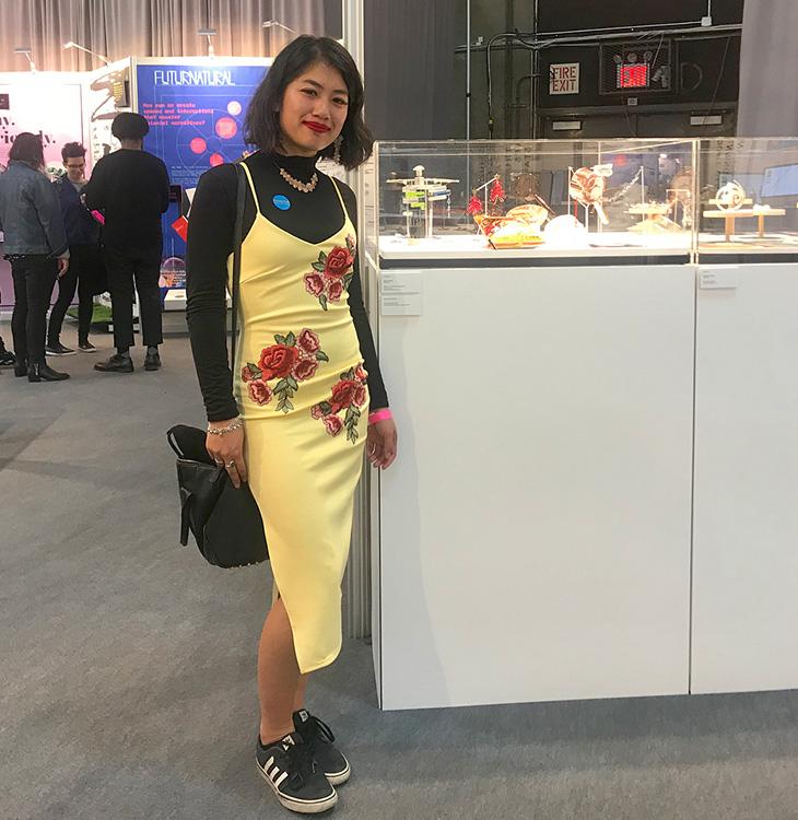Ada Chen bên cạnh khu trưng bày trang sức của mình.