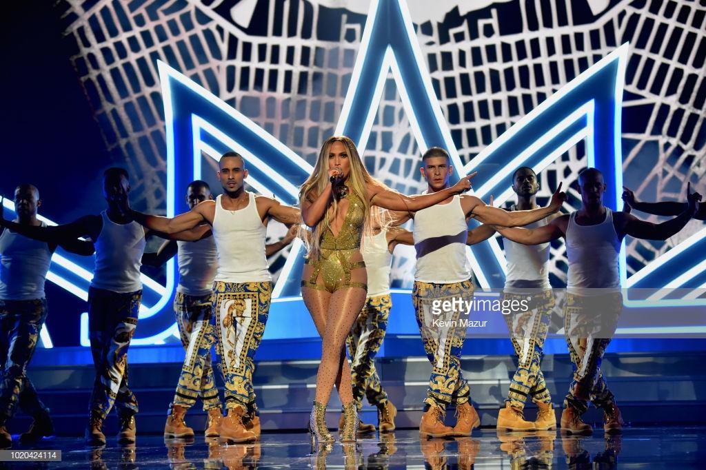 trang phục biểu diễn của Jennifer Lopez 2