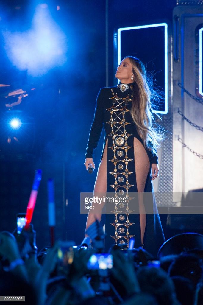 trang phục biểu diễn của Jennifer Lopez 23