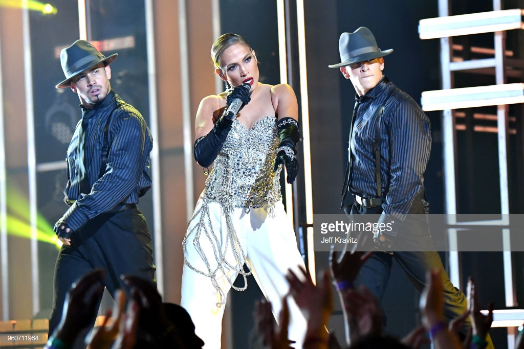 trang phục biểu diễn của Jennifer Lopez 7