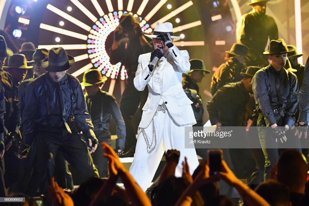 trang phục biểu diễn của Jennifer Lopez 8