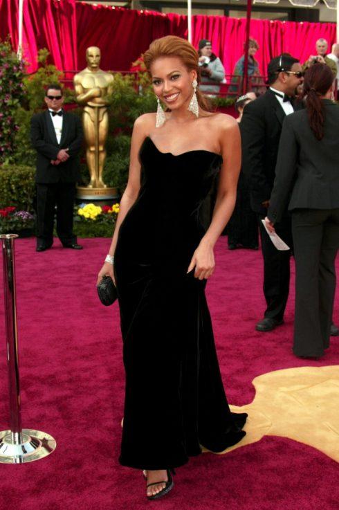 Trong trang phục quý phái của Versacetại thảm đỏ giải Oscar, cô như