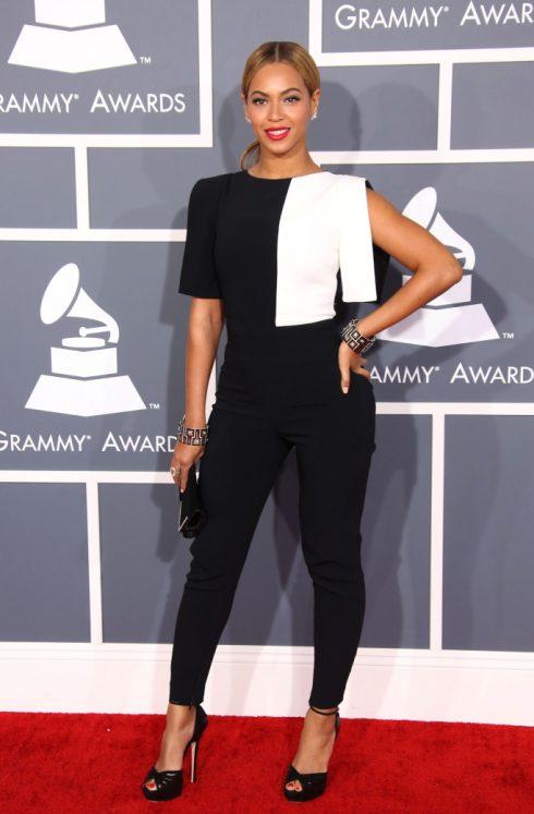 Thanh lịch và độc đáo trong thiết kế trắng đen, Beyoncé thể hiện sự trưởng thành và đẳng cấp đỉnh cao của ngôi sao làng nhạc. (Ảnh: ShutterStock)