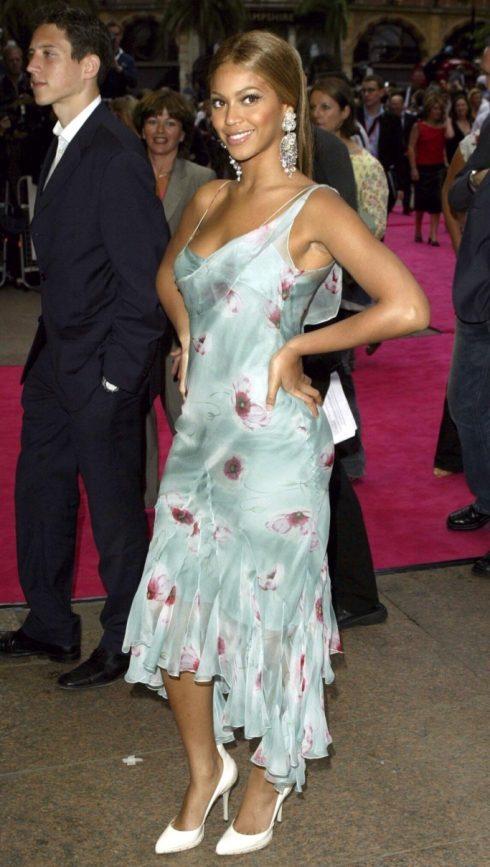 Beyoncé nữ tính cùng váy hoa vải phi bóng, tôn lên làn da nâu khỏe khoắn. (Ảnh: ShutterStock)