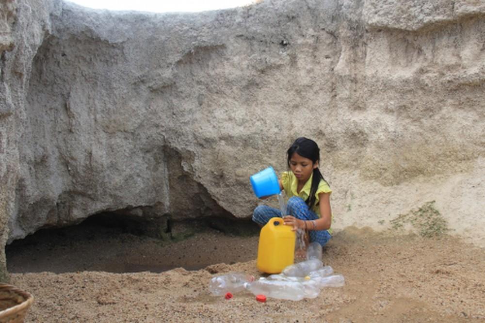 Trẻ em huyện KrôngPa phải vào khe suối tìm nước (Ảnh: Báo Mới)