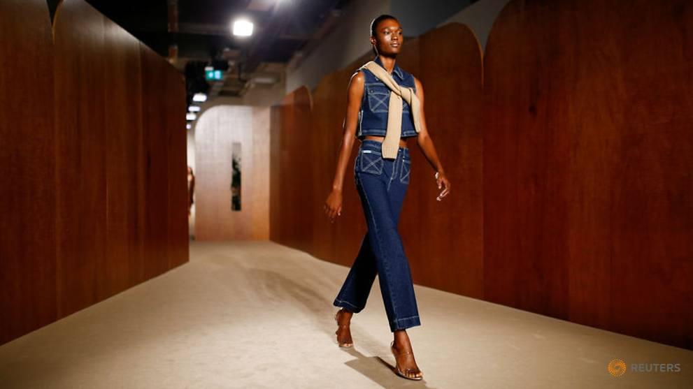 Alexa Chung lần đầu ra mắt BST trang phục sân bay tại Tuần lễ thời trang London 2019 2