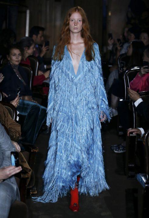 Đầm xanh tua rua trên chất liệu kim tuyến là trang phục thường thấy của kỳ nguyên disco.<br/>Bộ sưu tập Gucci Xuân - Hè 2019 9