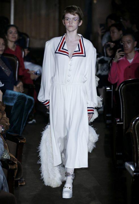 Đầm cổ bẻ với đường kẻ màu sắc gợi nhớ người xem tới bộ đồng phục thủy thủ.<br/>bộ sưu tập Gucci Xuân-Hè 2019 2