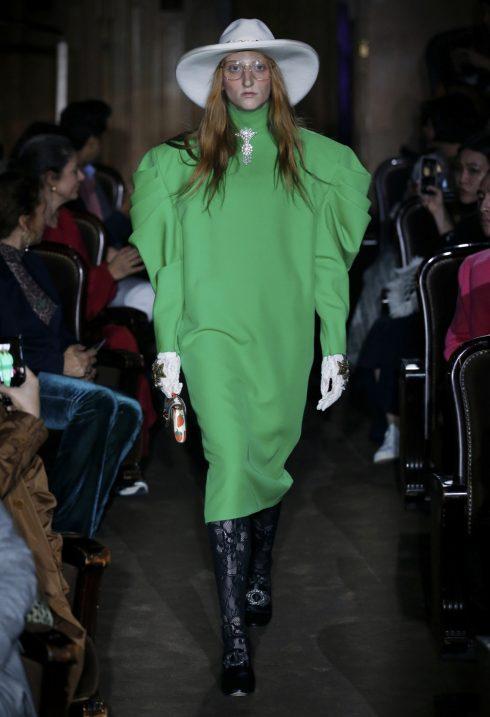 Chi tiết độn vai đặc trưng của Gucci trở nên ấn tượng hơn với màu xanh lá.<br/>bộ sưu tập Gucci Xuân-Hè 2019 4